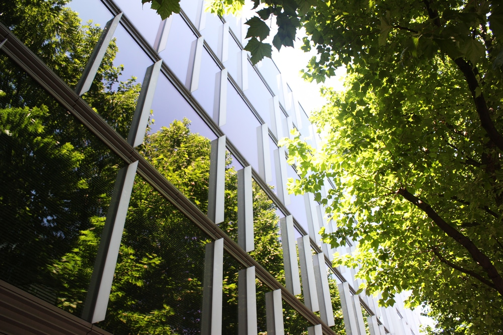 英国グリーンビルディング協会、ネット・ゼロ・カーボン・ビルディングの調査レポートを公開