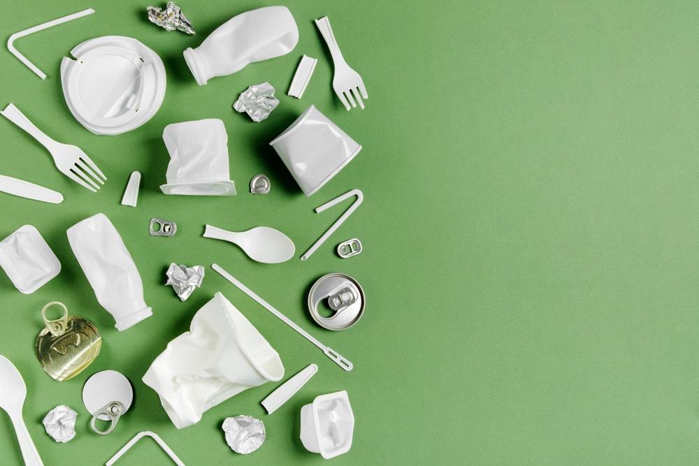 政府、製造販売業者によるプラスチックごみの自主回収を促進へ