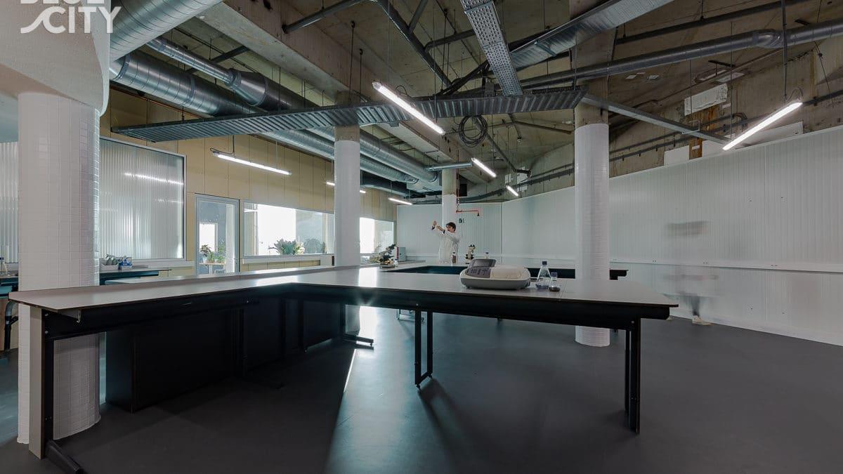 温水プールを改修したCEのインキュベーションセンター「BlueCity」、循環型ラボをオープン