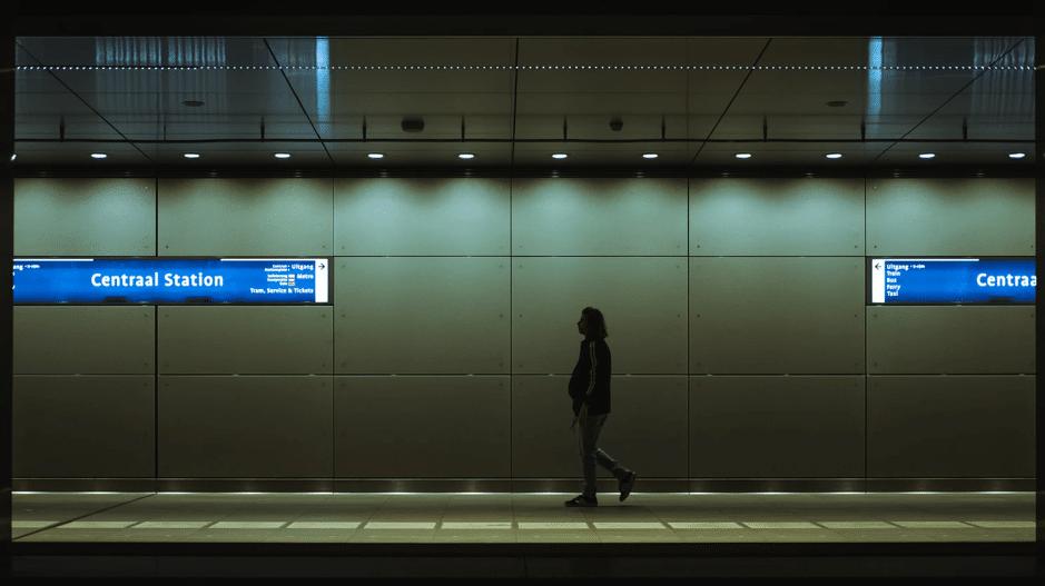 アムステルダム市、世界で初めて地下鉄駅での化石燃料関連広告禁止へ