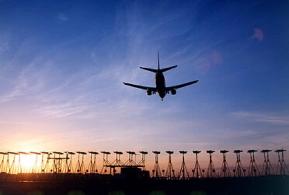 英国航空業界、2050年ネットゼロに向けた中間目標を発表。2030年までに15%の純排出削減を目指す