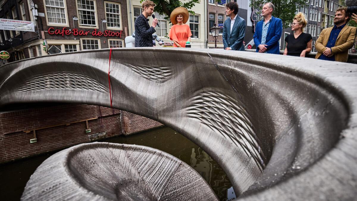 世界初スチール製3Dプリンター橋がアムステルダム運河に架けられる。建造物IoT化のためのリビングラボとして機能