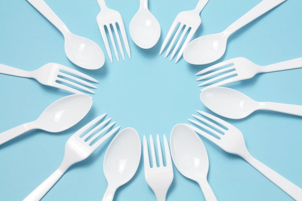 使い捨てフォークやスプーンを含むプラ使用製品、有償化などの対策を2022年4月から導入